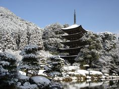 Rurikoji Temple in Yamaguchi City has a famous five-story pagoda that is something of a local symbol. Also noteworthy are the lovely temple grounds and the tombs of several medieval lords. Scenic in any season. Visit anytime!!