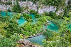 クロアチアには他にも美しい場所が数え切れないほど。たとえばユネスコの世界自然遺産にも登録された、プリトヴィッツェ国立公園は、クロアチア北部にあります。豊かな森、透き通るエメラルドグリーンの湖、そして無数にある滝が幻想的な風景を作り出しています。