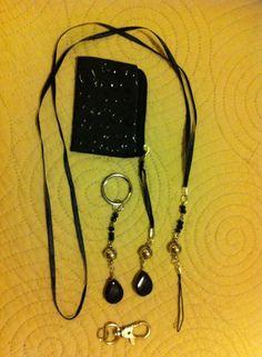 Conjunto armado con cintas, ganchos, etc: Porta pendrive tipo collar. Llavero. Monedero.