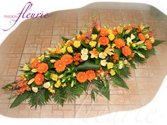 Cette composition est réalisée en forme de losange, avec des fleurs de saison. Cet arrangement floral est disponible en différentes tailles.