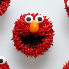 Who doesn& love ELMO? The iconic Sesame Street character is now easier than ever to recreate! using a little buttercream and a cupcake and some love! Elmo Cupcakes, Cookie Monster Cupcakes, Cupcake Cakes, Cupcake Ideas, Cup Cakes, Disney Cupcakes, Elmo Cake, Decorated Cupcakes, Sesame Street Party