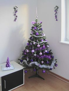 Purple Christmas Decorations with wreath, dinning table, Christmas tree and craft ideas made all for a uniquely elegant home Christmas Abbott, Christmas Tree Images, Christmas Swags, Christmas Tree Wreath, Purple Christmas Tree Decorations, Christmas Centerpieces, Holiday Decor, Beautiful Christmas, Diy