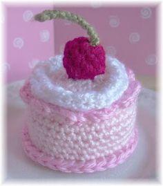 Free crochet mini-cake pattern.