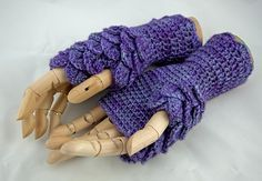 Dragonscale fingerless gloves crochet pattern, uses the Crocodile stitch.