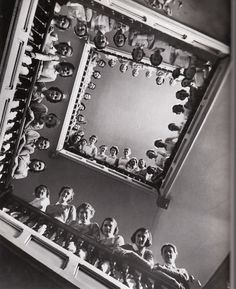 maryrobinson:    lllllife:    Nurses at Roosevelt Hospital, 1938, by Alfred Elsenstaedt    i made a photo blog for this new book i got. i wanted to share the pictures with you.    deze foto doet me aan een andere foto denken…