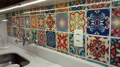 Frontão da pia decorado com os adesivos de azulejo Dona Cereja, modelo Atacama www.donacereja.com.br