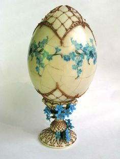 Antique egg whit forget me not Egg Crafts, Easter Crafts, Arts And Crafts, Decoupage, Types Of Eggs, Egg Shell Art, Carved Eggs, Diy Ostern, Egg Designs