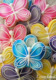 Butterfly Cookies. Love the way these cookies are decorated for summer parties, mothers day or birthdays!
