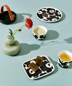 Bring the new season into your home with well-thought-out details. Maija Isola's iconic Lokki and Unikko prints belong to our new collection in an exquisite palette of snow white and soft beige, contrasted by vibrant black-and-white. Black And White Plates, White Cups, Black And White Colour, Marimekko, Poppy Pattern, Motif Floral, Floral Patterns, Stoneware Mugs, Well Thought Out