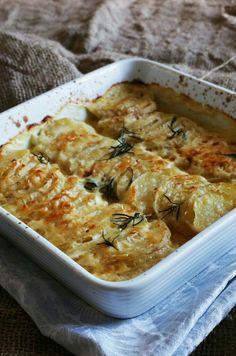 Batata gratinada com alecrim e MUITO queijo.