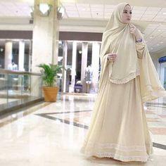 Agar tidak menonjolkan bentuk dada, Lyra Virna memilih memakai hijab yang  panjang bahkan sampai melebihi pantat. Hal ini membuat lekuk tubuh semakin  tidak ...