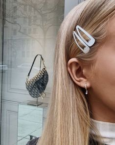 Hair clips are the most popular accessories these days! If you still haven't join this trend like me, let me show you some fancy hair clip styles that you. Messy Hairstyles, Pretty Hairstyles, Toddler Hairstyles, Blonde Hairstyles, Hair Inspo, Hair Inspiration, Peinados Pin Up, Good Hair Day, Hair Accessories For Women
