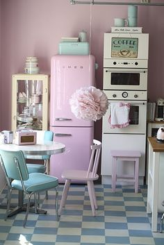 I absolutely LOVE the antique and vintage kitchen ware all in light, bouncy colors! My first apartment will most defiantly be looking something like this. Would be cute to downsize to this,,like a dollhouse