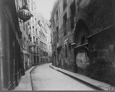 La rue de l'Hôtel-de-Ville vers 1900 avec, à droite, l'arrière de l'Hôtel de Sens. Une photo d'Eugène Atget (Paris 4ème).