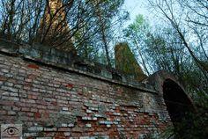 z daleka niepozorne, widziane z bliska robią monumentalne wrażenie. Wapienniki w Załęczańskim Parku Krajobrazowym. Na foto Lisowice.   #Łódzkie #postindustrial #Polska #Działoszyn