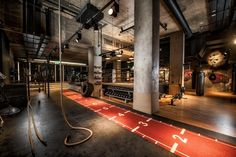 In a city teeming with glossy boutique gyms, London's fitness fanatics are spoiled for choice. Enter BXR London, a state-of-the-art boxing gym recently opened in the heart of Marylebone on Chiltern Street and the latest venue to get our pulses racing. Gym Interior, Interior Design Awards, Academia Jiu Jitsu, Boxing Gym Design, Fitness Factory, Luxury Gym, Home Gym Design, Best Home Gym, Gym Decor