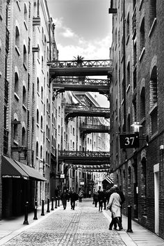 Shad Thames - just east of Tower Bridge, was the largest warehouse complex in the world during the Victorian era, but has now been re-imagined as  hundreds of posh urban nests. The iron bridge gantries connected the riverside Butler's Wharf with adjoining warehouses. Coo! It looks like a scene from Oliver! And it is. Parts were filmed here, & Bill Sikes fell to his death from nearby 'Jacob's Island' at the eastern end.