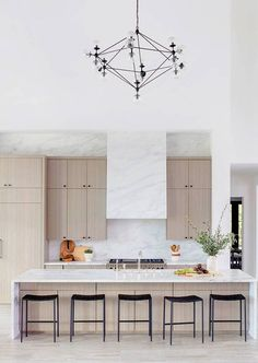 Modern classic kitchen with natural wood and marble #blackfixtures #minimaldesign #modernkitchen
