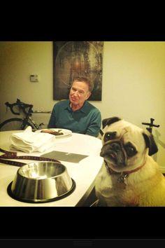 C'est une image d'un hollywoodien sympa du monde Robin Williams, qui s'est suicide lundi le onze aout 2014.  La, son chien Leonard l'a fait sourire beaucoup.  Cette photographie-ci m'a deja fondue en larmes, donc j'ai du la mettre sur mon Pinterest.  Repose en paix, monsieur Williams!