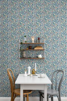 An appealing wallpaper which makes the wall look like a delightful flower meadow, with a pattern taken from a piece of embroidery. #trestintas #trestintasbarcelona #wallpaper #wallcovering #interiordesign #sandbergwallpaper #signatur