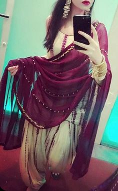 The dupatta with tiny pearls Punjabi Fashion, Ethnic Fashion, Indian Fashion, Women's Fashion, Fashion Sewing, Ladies Fashion, Punjabi Dress, Pakistani Dresses, Indian Dresses
