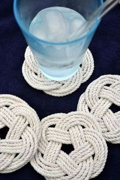 Одним из самых зимних домашних занятий можно назвать плетение. Моя сегодняшняя подборка о плетении от мелких форм к большим. По ссылкам можно перейти к инструкциям. Простые салфетки под горячее. Инструкция Желающие могут вспомнить техники плетения макраме. Инструкции Я немного увлеклась и добавила…