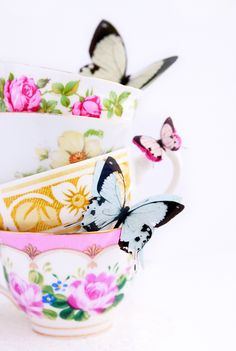 Love this so much - fab colors, gorgeous cups and of course butterflies! :D