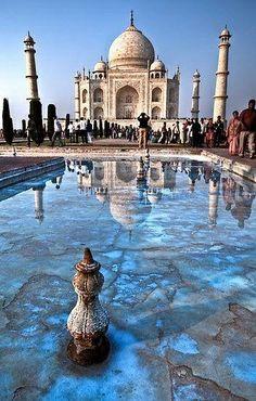 ¿Sabías que el Taj Mahal es el resultado de una bella y trágica historia de amor?  El Taj Mahal es una de las 7 nuevas maravillas del mundo. Ubicado en las cercanías de la ciudad de Agra, en el estado de Uttar Pradesh, India, fue construida en el siglo XVII.  Increíble proeza arquitectónica, su inmortal belleza se nutre del antiguo amor entre un emperador y su esposa, que aún después de su muerte construyó esta monumental edificación en su honor.