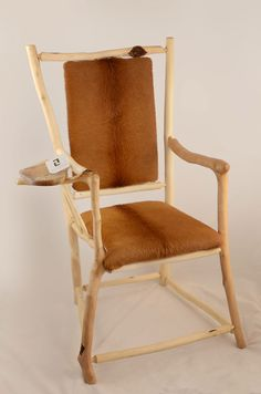 Sessel aus Haselnußholz, überzogen mit dem Fell eines starken Stiers. Accent Chairs, Dining Chairs, Furniture, Home Decor, Armchair, Timber Wood, Leather, Upholstered Chairs, Homemade Home Decor