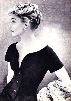 Un superbe portrait pour mettre ne valeur l'encolure de la robe de diner de Christian Dior, haute couture 1954. A marvelous portrait, to enhance a 1954 haute Couture Christian Dior evening dress decoletage.