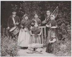 Gaiteiro y pandereteras de Cangas del Narcea. Hacia 1895.