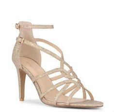 Cette paire de chaussures se situe à mi-chemin entre les deux paires précédentes. Ce sont des sandales à hauts et plutôt fins talons (9 cm), avec également deux brides ajustables à la cheville, et des brides entrelacées sur le bas du pied, le tout donnant une jolie forme élégante. On aime cette teinte d'or rosé, qui se mariera à la perfection avec une robe légèrement colorée, par exemple beige rosé. De vrais souliers de princesse, à un prix abordable pour des chaussures de mariée. Sandales «…