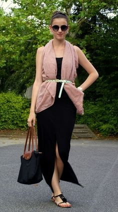 e4f5cc3388b68 This combo of a rose pink vest and a black maxi skirt gives off a very  casual and approachable vibe. Rock a pair of black suede thong sandals for  the day.