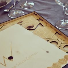 KIT DÉCO DE TABLE  Kit déco de table avec motif triangle -Vendu avec sa boîte de rangement  Ensemble de: 6 dessous de verre + 6 ronds de serviette + 6 reposes couteau + 1 porte bouteille  Technique: découpe laser  Dimensions: 38 x 36,5 x 2 cm