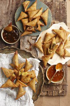 Beesvleis-en-ertjie-samoesas | SARIE Savory Snacks, Indian Dishes, Dessert Recipes, Desserts, Finger Foods, Kos, Tea Time, Cooking Recipes, Favorite Recipes