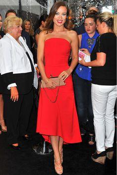 """""""Olivia Wilde deslumbró en el estreno de We're the Millers en Nueva York con este diseño rojo Valentino de Osman. La cartera es de Christian Louboutin."""""""