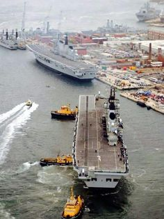 HMS Ark Royal berthing with sister ship HMS Invincible, Portsmouth, 2008 Dad did his training on the mighty Invincible back in Royal Navy Aircraft Carriers, Navy Carriers, Uk Navy, Hms Ark Royal, Naval History, Royal Marines, Navy Ships, Army & Navy, British Armed Forces