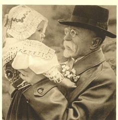 TG Masaryk  miloval také Slovácko, kroje a děti One Republic, Czech Republic, Soviet Union, Fashion History, Folklore, Wwii, Vintage Photos, Celtic, The Past