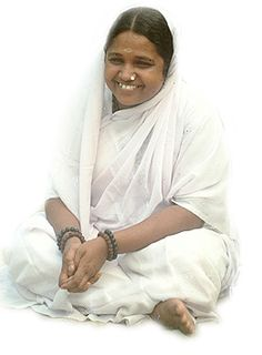"Mata Amritanandamayi appelé couramment ""Amma"". Figure spirituelle contemporaine de l'Inde, fondatrice d'une ONG (« Embracing the World ») à but humanitaire et écologique (née en 1953)"