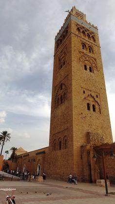 Minarete da Mesquita Koutoubia - Marrakech - Marrocos Como chegar, onde ficar, a Medina, os Souks, a praça Jemaa El-Fna, a Mesquita Koutoubia, o Mercado de Artesanato e as Muralhas de Marrakech. Acesse o blog Viajando de Novo e veja fotos e dicas em http://viajandodenovo.blogspot.com.br/2015/09/marrakesh-marrocos-parte-i-destino-de.html Se gostar, curta por favor.  #dicasdeviagem #viajandodenovo #viagem #viajar #turismo #travel #trip #marrakech #marrocos #morocco #marrakesch #blogdeviagem