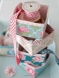 boxes covered with fabric Fabric Boxes Tutorial, Covered Boxes, Knitted Bags, Baby Design, Fabric Flowers, Diy Wedding, Sewing Projects, Decorative Boxes, Miniatures