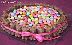 Gâteau anniversaire smarties, oursons guimauve et nœud de satin..
