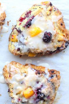 Peach Blackberry Scones with Vanilla Glaze - Sweet peaches and tangy blackberries pair beautifully in these buttery and tender Peach Blackberry Scones with Vanilla Glaze. Blackberry Scones, Peach Scones, Blackberry Recipes, Brunch Recipes, Breakfast Recipes, Cocktail Recipes, Vanilla Glaze, Breakfast Pastries, British Baking
