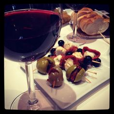 Mercado de San Miguel - Madrid Madrid Food, Chocolate Fondue, Wines, Red Wine, Tapas, Alcoholic Drinks, Spain, Fruit, Lifestyle