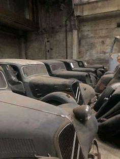 Art Deco Car, Traction Avant, Citroen Traction, Viking Art, Citroen Ds, Barn Finds, Car Car, Abandoned, Car Seats