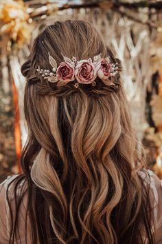 Boho bridal hair comb with handcrafted dusty pink flower and leaves Bridal boho hair piece with dusty pink flower - Boho Braut Haarkamm mit handgefertigten staubigen rosa Blüte Boho Bridal Hair, Bridal Hair Flowers, Hair Comb Wedding, Wedding Hair Pieces, Bridal Comb, Wedding Hair Roses, Fall Wedding Hair, Bridal Hair Down With Veil, Bridesmaid Hair Flowers