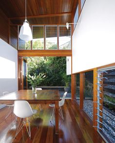 low glazing (jalousie windows!) provide privacy from adjacent neighbors // focus views on side landscaping