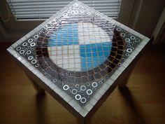 Mozaikový stolek zalitý v pryskyřici. 40x40x40 cm, dřevo, kov, pryskyřice.. 3.500,-
