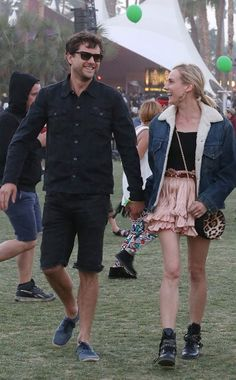 Joshua Jackson, in rockin' wayfarers, was all smiles at Coachella, as he hung out with his gal pal Diane Kruger! Looks like he had a great time at the festival! Jealous!