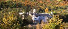 Manastirea Cozia  Aflata pe drumul national Ramnicu Valcea-Sibiu, in incinta statiunii Calimanesti, cam la 3km inspre Nord, Manastirea Cozia are ca si hram Sfanta Treime, unul dintre cele mai importante hramuri ale ortodoxiei. Importanta sa este una majora datorita combinarii ideale a vechimii cu arhitectura impresionanta. Se stie faptul ca Manastirea Cozia a fost construita in urma cu 600 de ani, in consecinta, in tot acest timp, in jurul acesteia s-a consolidat o istorie ce a ramas peste… Cool Places To Visit, Romania, Drum, The Good Place, Mansions, House Styles, City, Travel, Viajes
